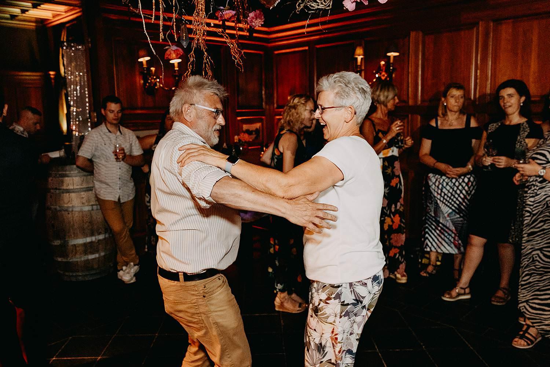 gasten dansen huwelijksfeest