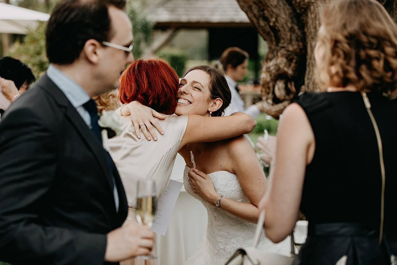 bruid groet gasten receptie huwelijk