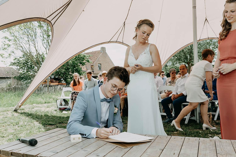 Rumbeke bruidspaar tekent huwelijk