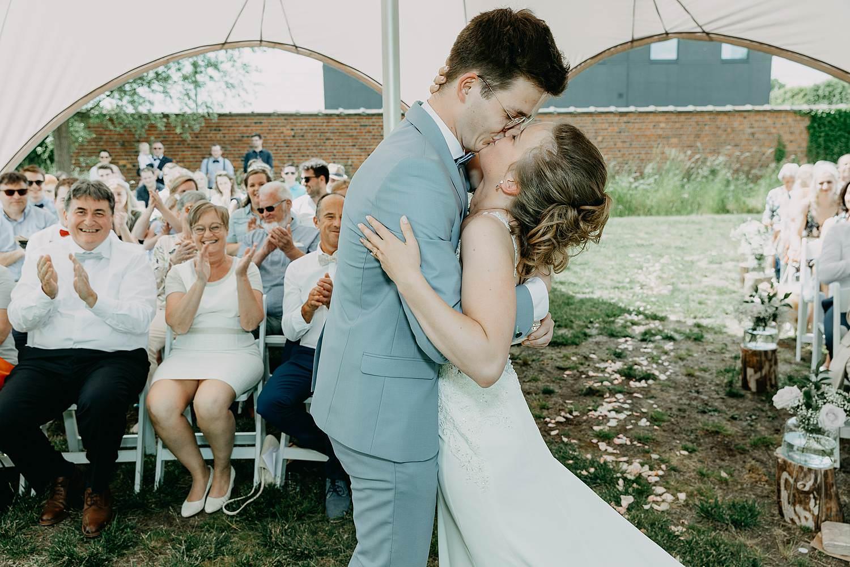 Rumbeke huwelijksceremonie bruidspaar kust