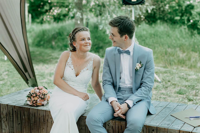 Rumbeke huwelijksceremonie bruidspaar op zitbank