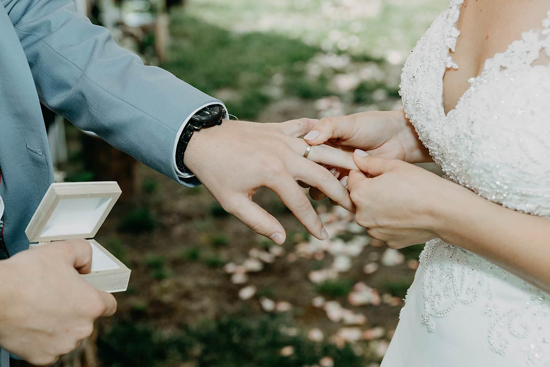 Rumbeke huwelijksceremonie uitwisselen huwelijksringen