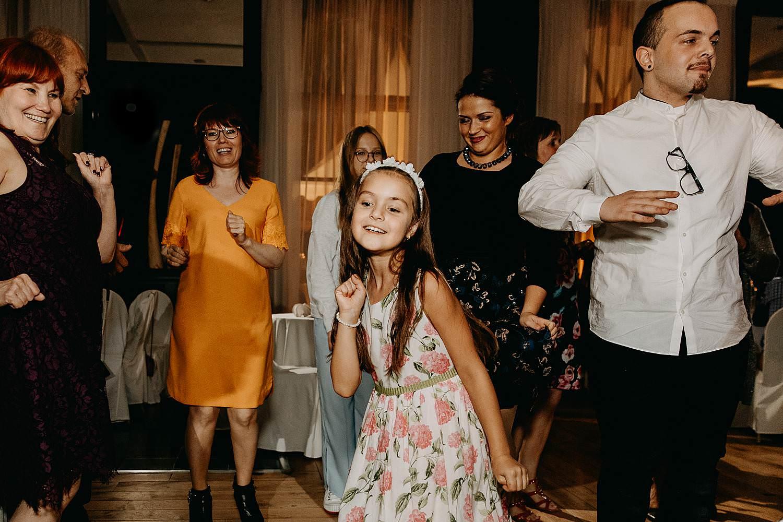 'S Graevenhof huwelijk meisje danst