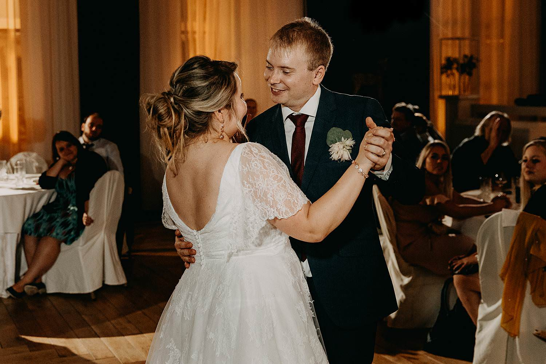 'S Graevenhof openingsdans bruidspaar danst