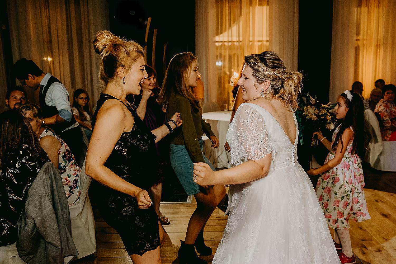 'S Graevenhof trouw bruid danst met vriendin