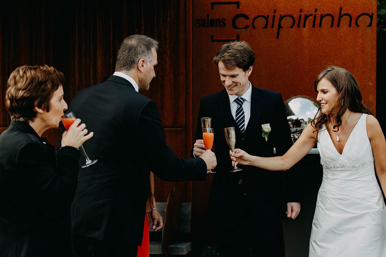 salons caipirinha bruidspaar ontvangt gasten avondfeest