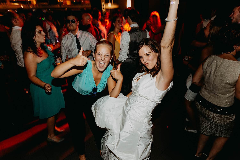 salons caipirinha huwelijk bruid danst met vriendin dansvloer