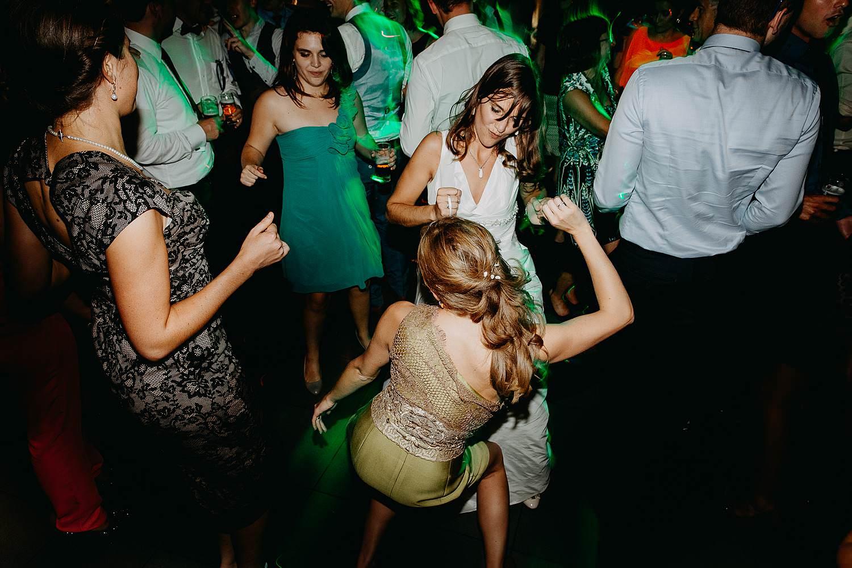 salons caipirinha huwelijk bruid danst met vriendin