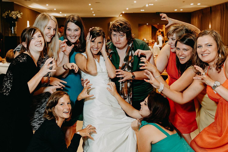 salons caipirinha huwelijk grappige groepsfoto vriendinnen en bruid