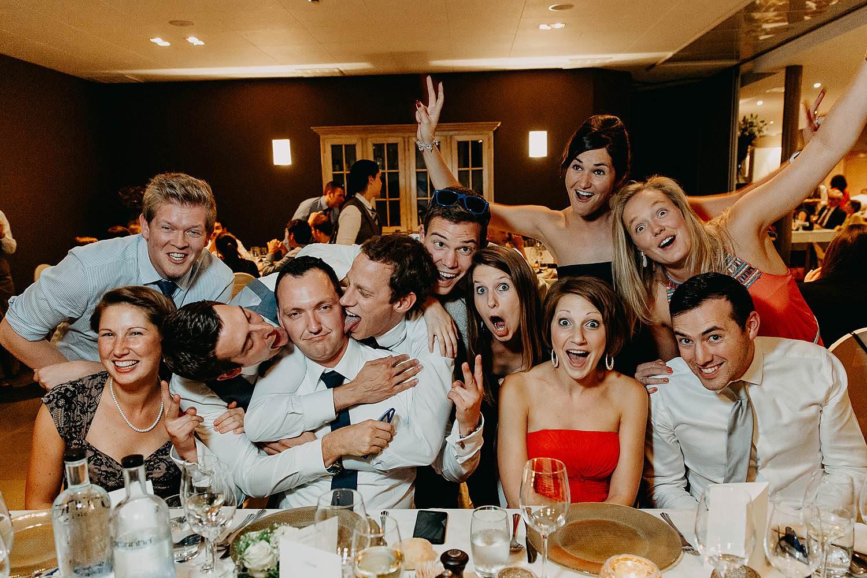 salons caipirinha huwelijk groepsfoto tafel