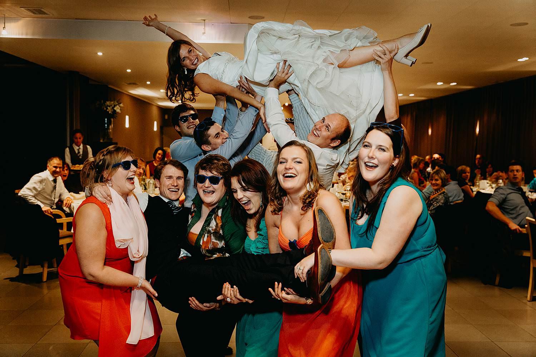 salons caipirinha huwelijk groepsfoto vriendinnen met bruid