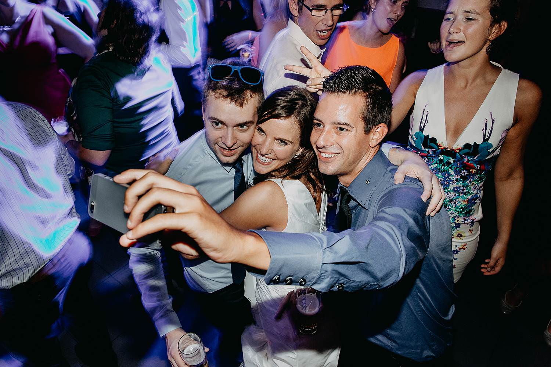 salons caipirinha huwelijk vriendin maakt selfie met vriendinnen