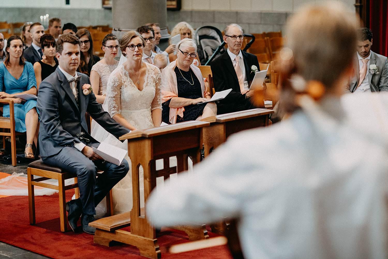 Sint-Dionysiuskerk huwelijk bruidspaar luistert