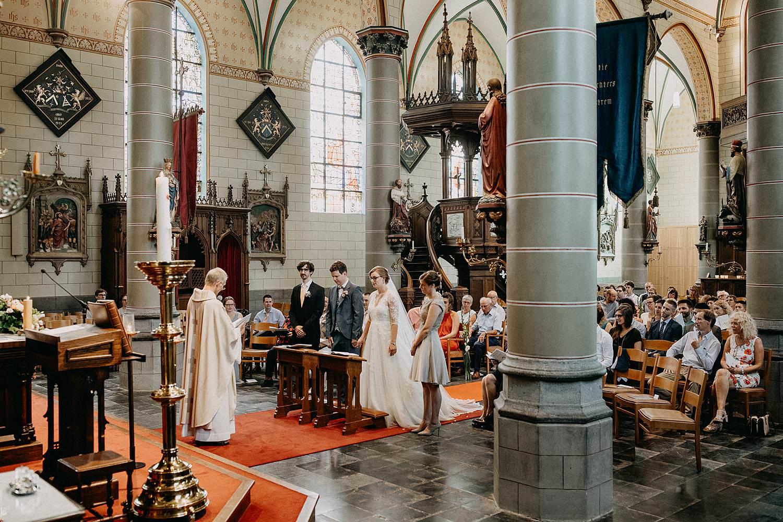 Sint-Dionysiuskerk huwelijk bruidspaar met priester