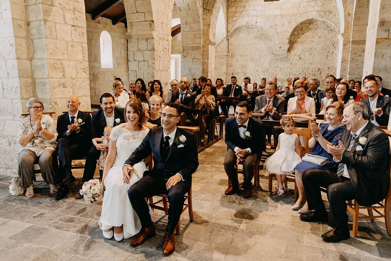 Sint-Genovevakerk trouw bruidspaar zit in kerk