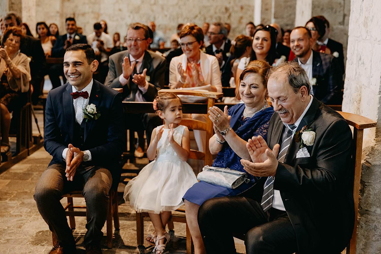 Sint-Genovevakerk trouw familie geeft applaus