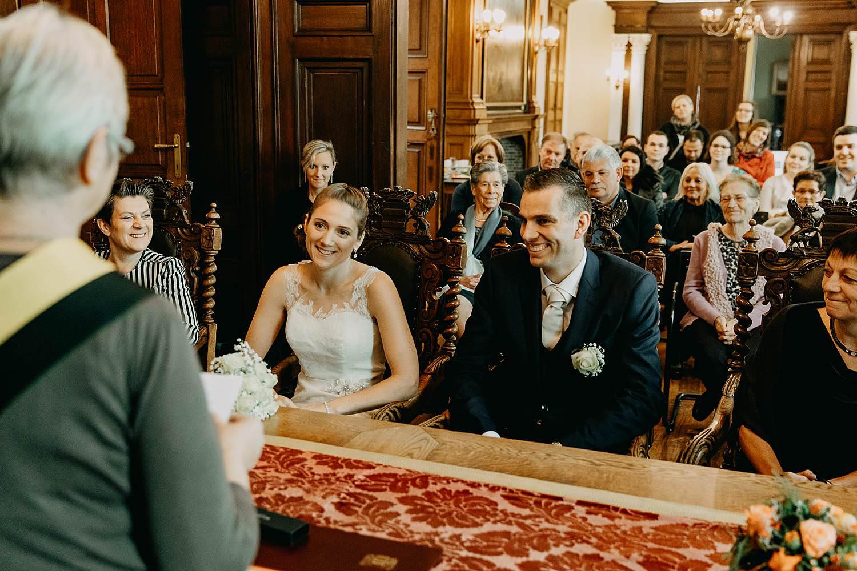 Stadhuis Diest huwelijk bruidspaar in trouwzaal