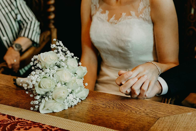 Stadhuis Diest huwelijk detail handen bruidspaar