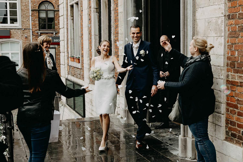 Stadhuis Diest huwelijk uittrede bruidspaar met confetti