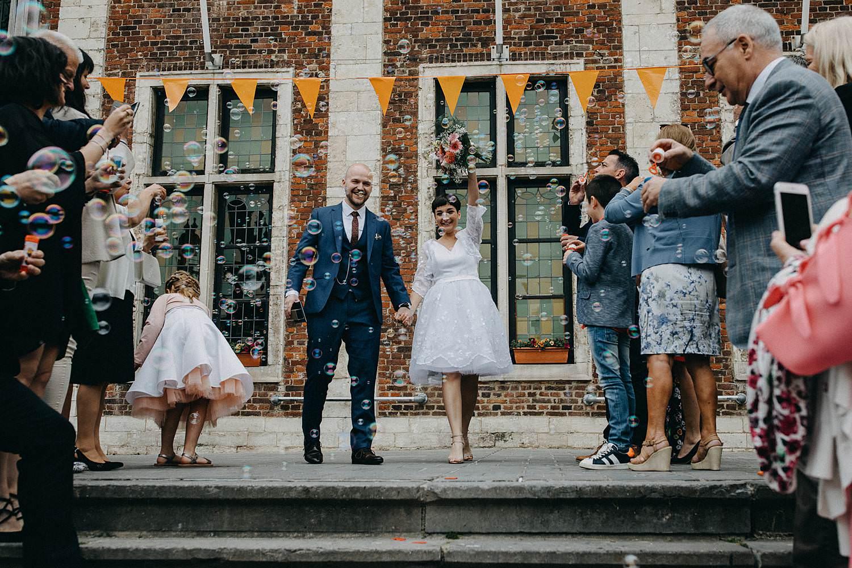 Stadhuis Diest uittrede bruidspaar van trap met confetti
