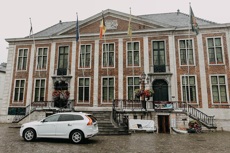 Stadhuis Diest witte bruidswagen op plein