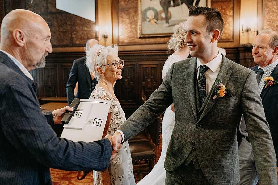 Stadhuis Hasselt bruidegom groet familie