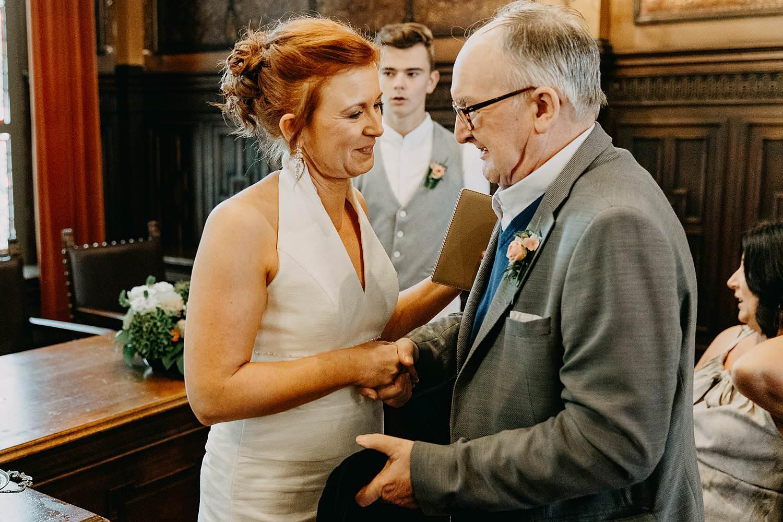 Stadhuis Hasselt huwelijk bruid groet opa