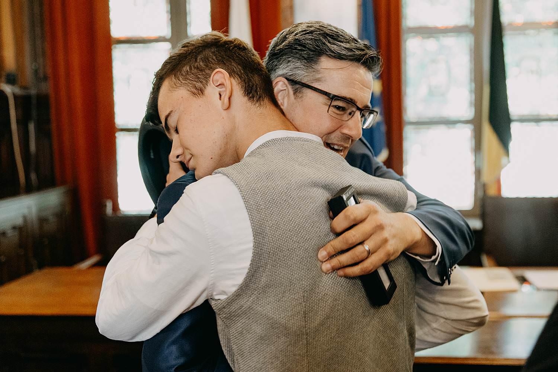 Stadhuis Hasselt huwelijk bruidegom groet zoon