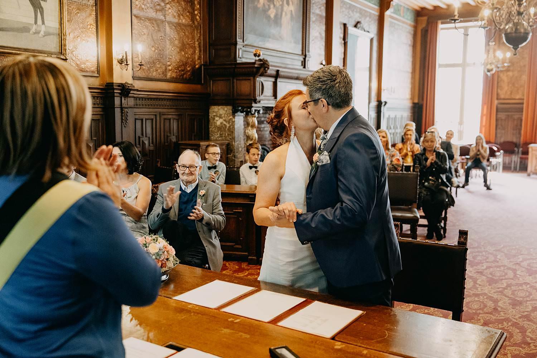 Stadhuis Hasselt huwelijk trouwzaal bruidspaar kust