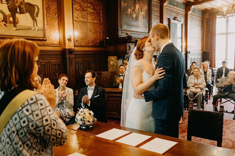 Stadhuis huwelijk bruidspaar kust Kirsten en Ruben