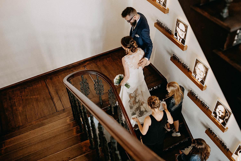 Stadhuis Sint-Truiden huwelijk bruidspaar op trap