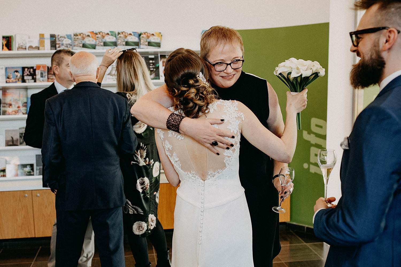 Stadhuis Sint-Truiden huwelijk bruid groet familie