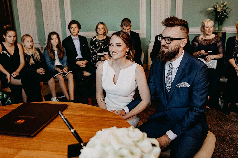Stadhuis Sint-Truiden huwelijk bruidspaar in trouwzaal