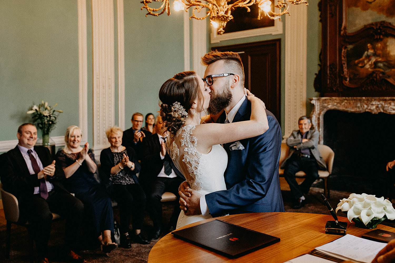 Stadhuis Sint-Truiden huwelijk kus bruidspaar