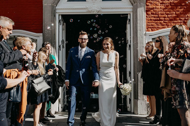 Stadhuis Sint-Truiden huwelijk uittrede bruidspaar