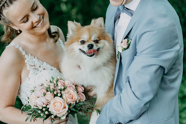 Sterrebos bruidspaar met hond