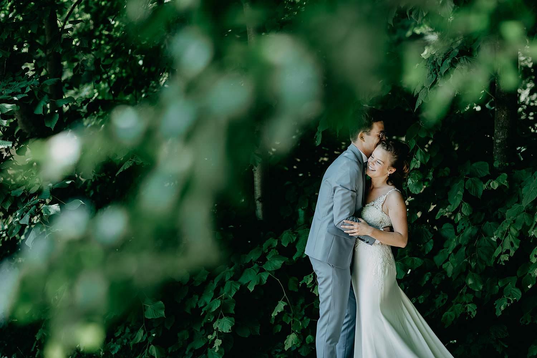 Sterrebos bruidspaar poseert in bos