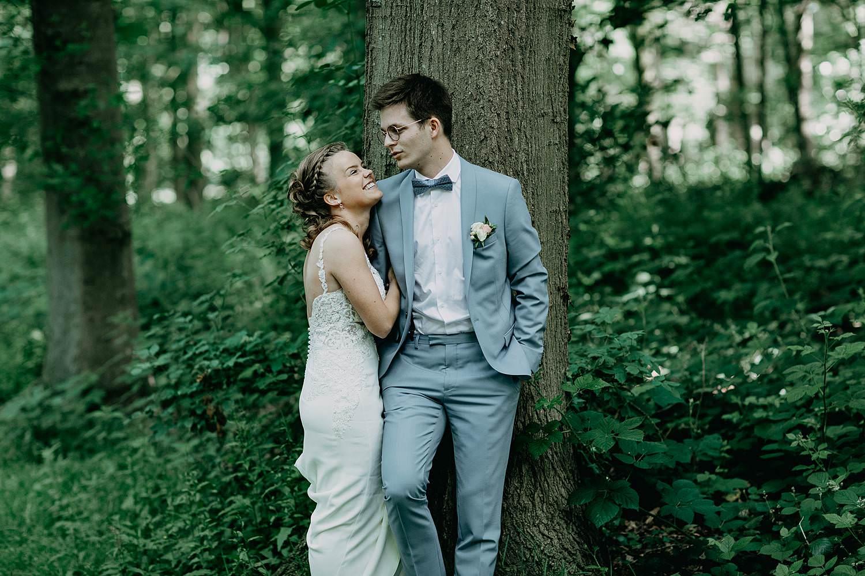 Sterrebos bruidspaar tegen boom