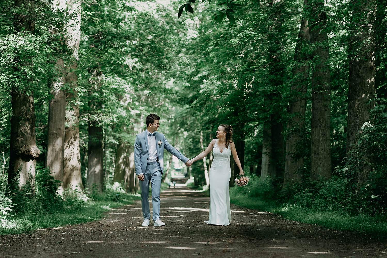 Sterrebos bruidspaar wandelt door bos
