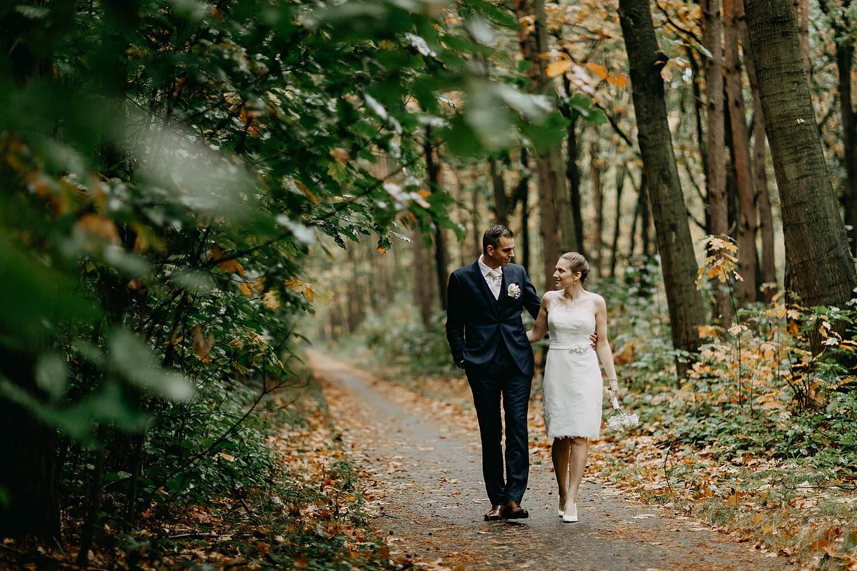 Stiemerheide bruidspaar wandelt in bos Genk
