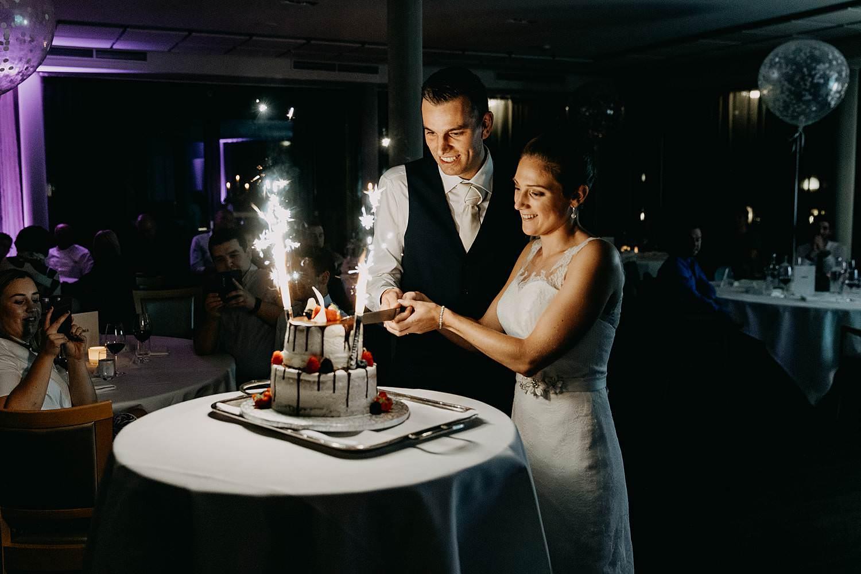 Stiemerheide huwelijk aansnijden bruidstaart met vuurwerk