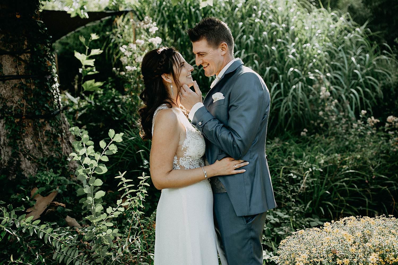 't Driessent bruidspaar knuffelt tuin feestzaal