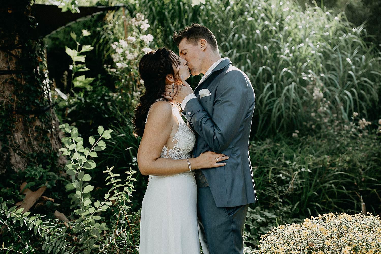 't Driessent bruidspaar kust in tuin fotoshoot