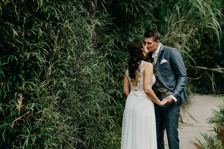 't Driessent bruidspaar kust in tuin
