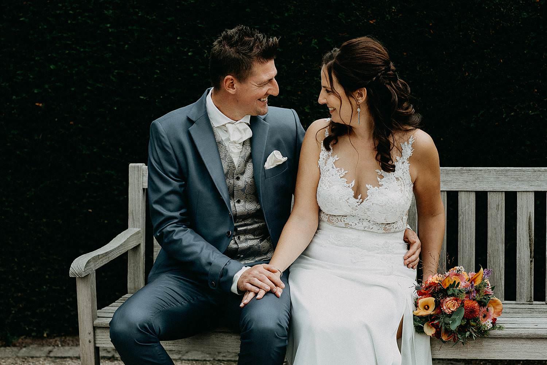 't Driessent bruidspaar op zitbank huwelijksreportage