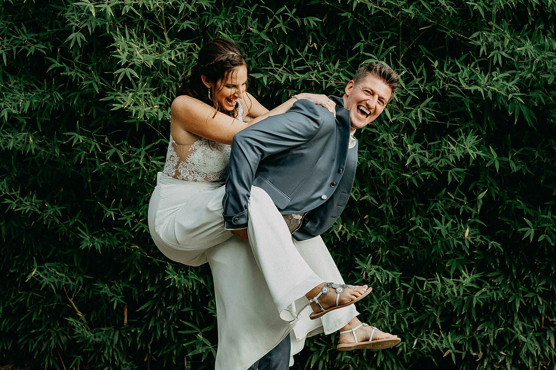 'T Driessent bruidspaar piggy bag tuin feestzaal