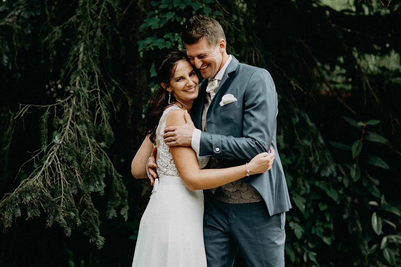 't Driessent huwelijk bruidspaar knuffel in tuin