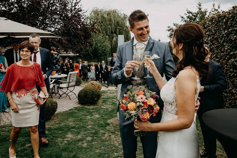 'T Driessent huwelijk bruidspaar toast in tuin