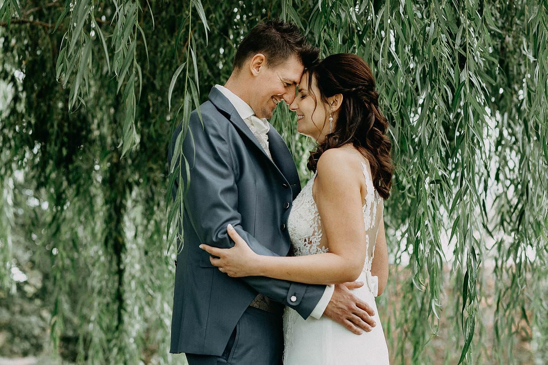 't Driessent huwelijksreportage bruidspaar treurwilg tuin