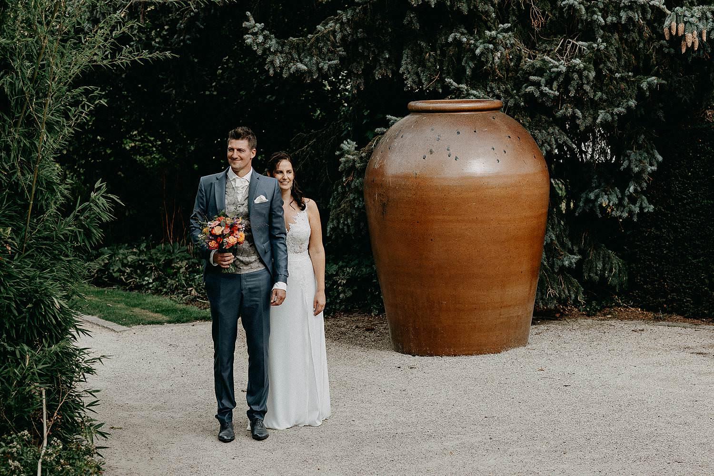 't Driessent huwelijksreportage bruidspaar voor stenen kruik